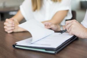 asesoría laboral en Valencia - contrato en firma